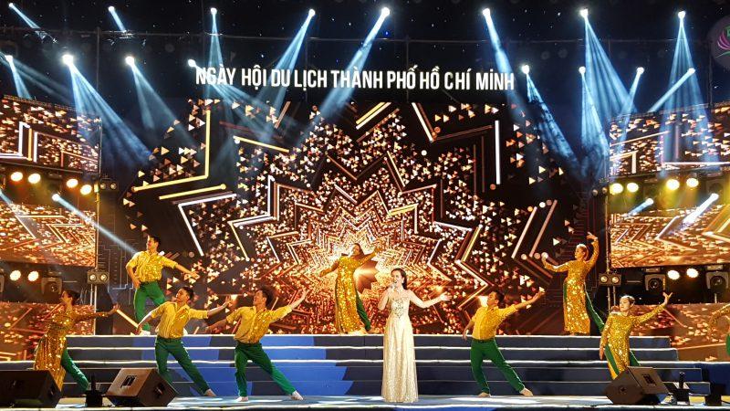 Ca sĩ Võ Hạ Trâm với ca khúc Đường đến ngày vinh quang của nhạc sĩ Trần Lập, nhằm tôn vinh những doanh nghiệp du lịch hàng đầu