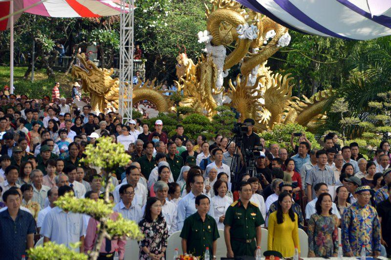 Sân hành lễ với sức chứa hàng ngàn người trong ngày đầu tiên ra mắt quảng trường vua Hùng tại Đầm Sen
