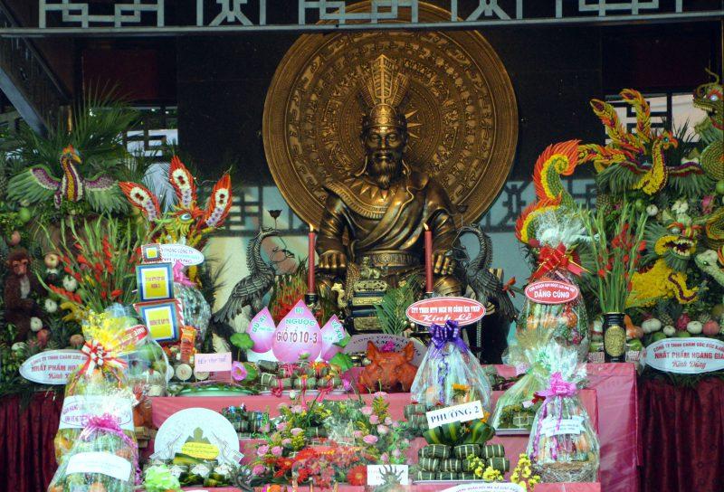Chánh điện thờ vua Hùng trong ngày giỗ tổ