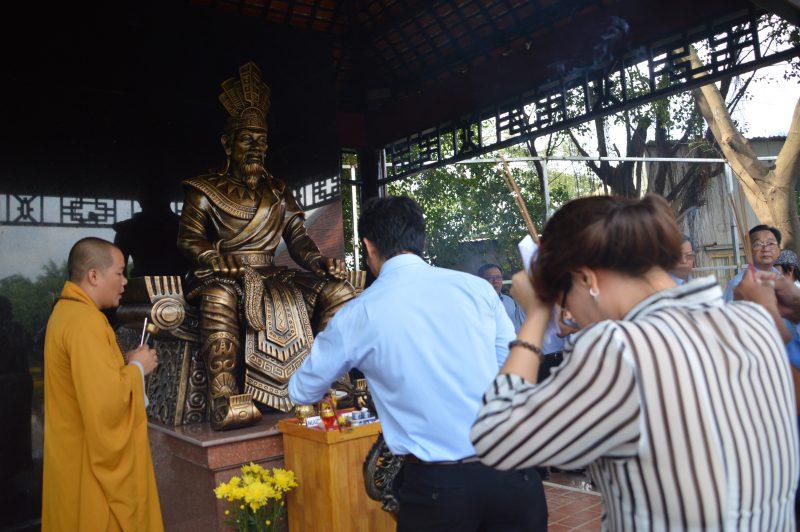 đặt tượng vua Hùng