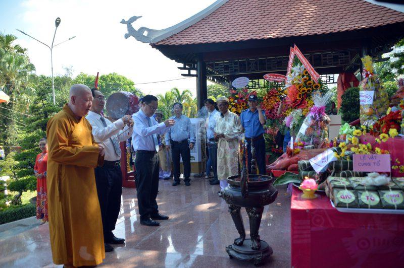 Các vị lãnh đạo và đại biểu lên dâng hương trước linh tượng vua Hùng