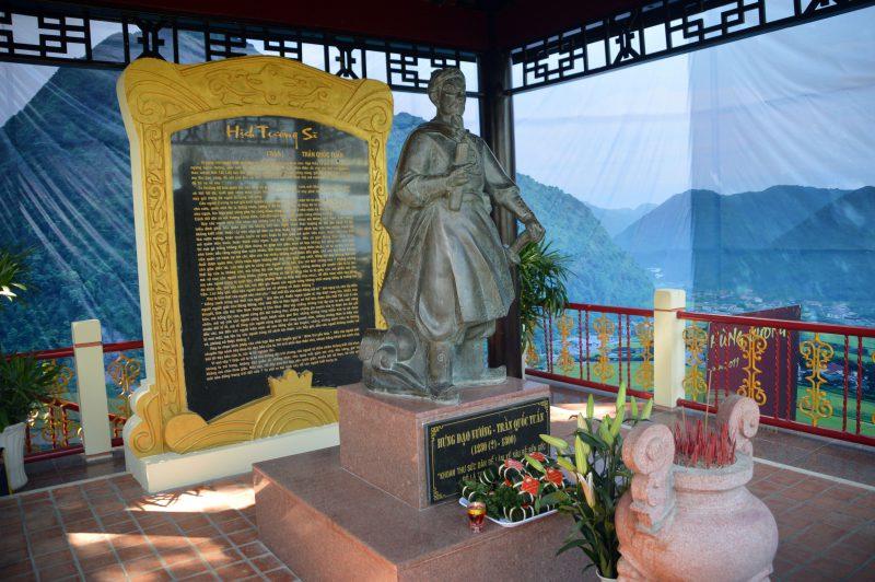 Gian thờ Hưng Đạo Vương đặt bên phải