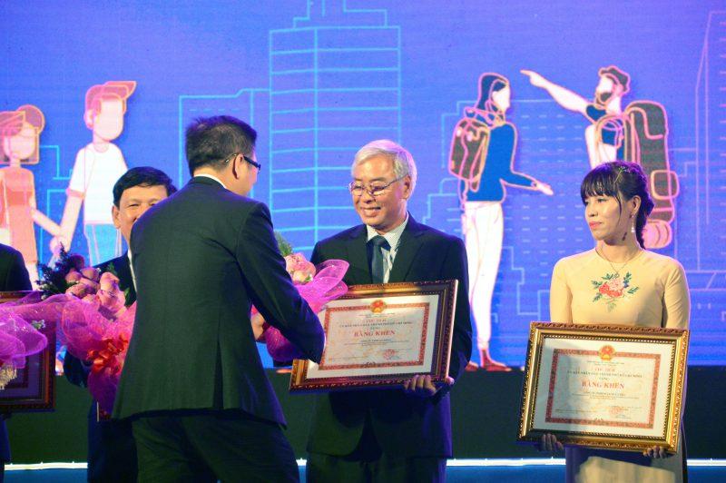 Ông Dư Hữu Danh (Giám đốc CVVH Đầm Sen) nhận giải thưởng 5 năm liền đạt top 10, do UBND TP.HCM trao tặng