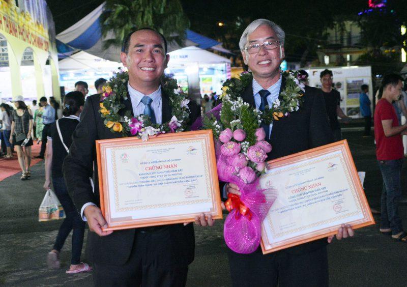 Ông Nguyễn Võ Kim Khôi (Giám đốc KDLST Vàm Sát) và ông Dư Hữu Danh (Giám đốc CVVH Đầm Sen) cùng nhận giải thưởng du lịch 2018