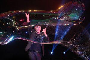 Phù thủy bong bóng Fan Yang sẽ diễn kỷ lục của mình tại Đầm Sen