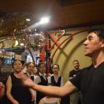 Fan Yang biểu diễn bong bóng tại Thủy Tạ Đầm Sen