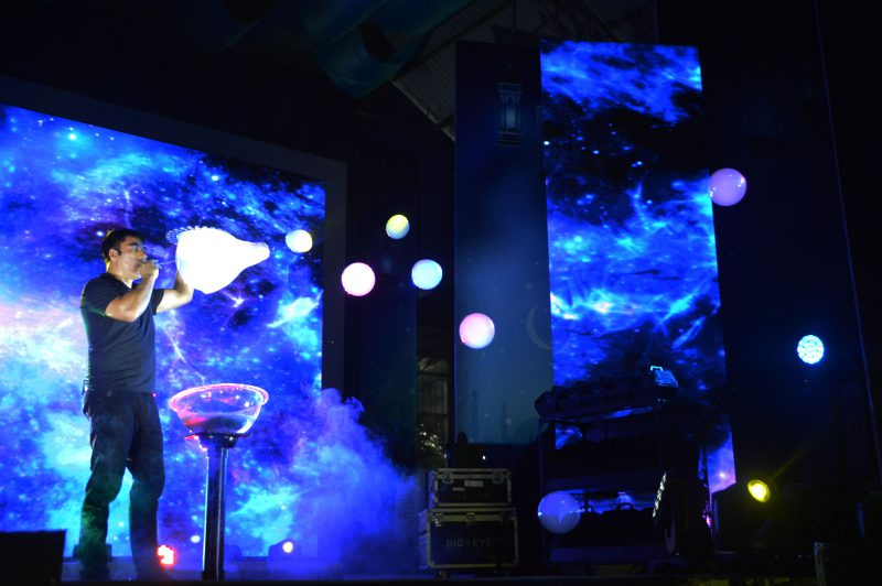 bong bóng khói của Bubble Legendary show tại Đầm Sen