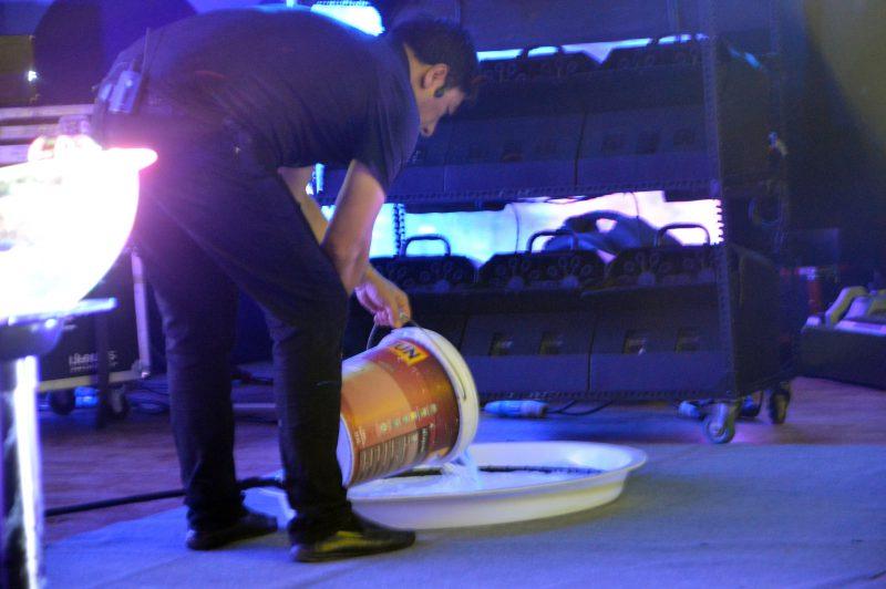 Fan Yang tự tay pha dung dịch biểu diễn tại Đầm Sen