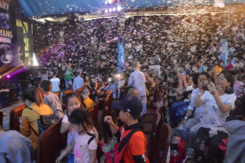 Các khán giả nhí thích thú khi hàng ngàn quả bong bóng của Fan Yang bay ra