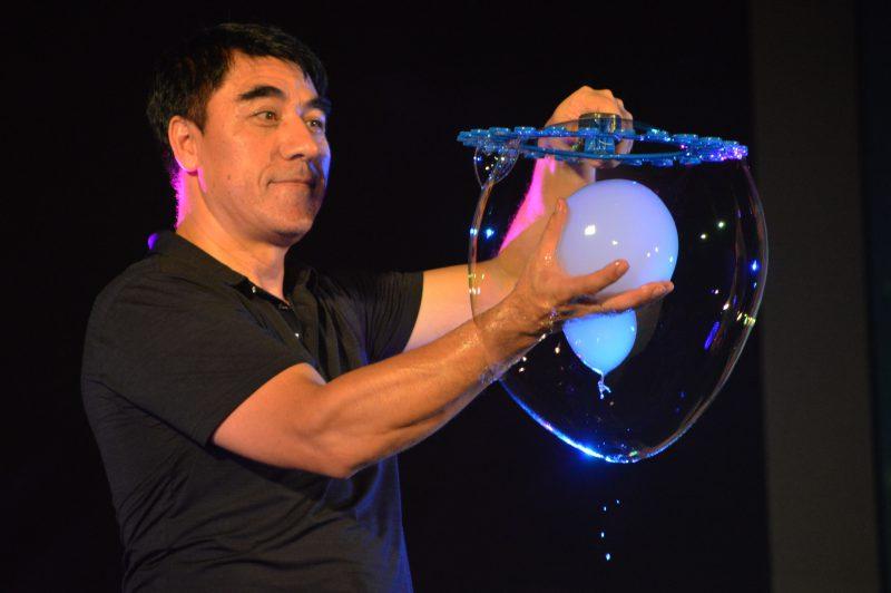 Fan Yang lấy bong bóng ra trong Bubble Legendary show tại Gazilion Bubble Show Đầm Sen