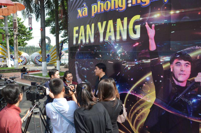 Phóng viên phỏng vấn Fan Yang tại Đầm Sen