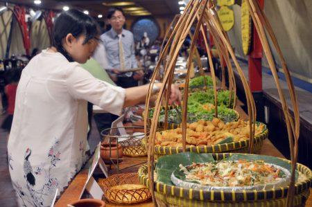 Giá vé Buffet Đầm Sen chỉ 150k-200k/người, bao gồm cả lẩu và ngỗng
