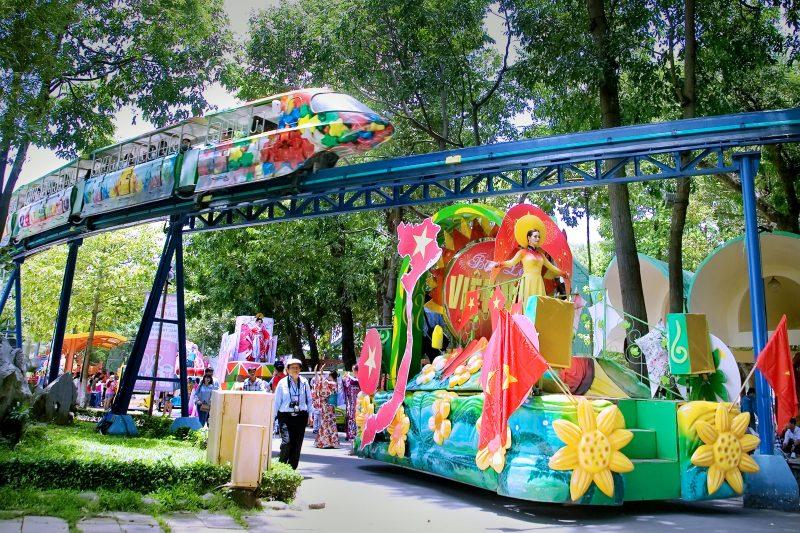 show diễu hành Đầm Sen