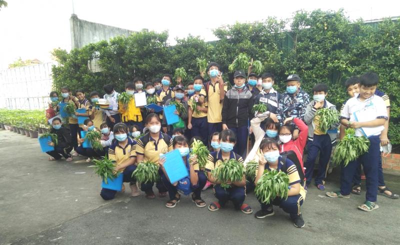 Trải nghiệm trồng rau thủy canh của học sinh trường THCS Tân Kiên tại CVVH Đầm Sen 5
